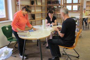 Ein Teil des Teams der ehrenamtlichen MitarbeiterInnen beim Einbinden de neuen Bücher