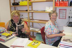 Karolina und Maria beim Katalogisieren der Bücher